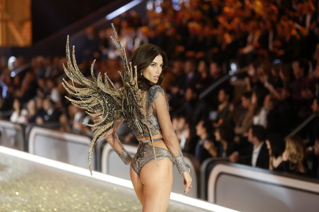 Lily Aldridge walks the catwalk during the 2016 Victoria's Secret Fashion Show at the Grand Palais in Paris, France, 30 November 2016. Editorial use only. - NO WIRE SERVICE - Photo: Hubert Boesl/dpa